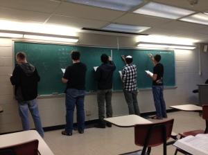 Alunos resolvendo problemas na sala de aula.